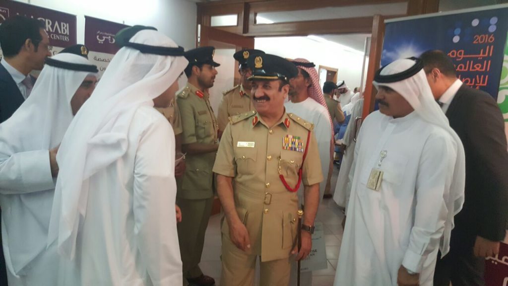 مغربي تفحص عيون شرطة دبي