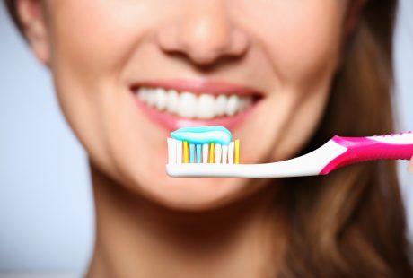 طلاء الاسنان وكيف يمكنك عمله بمكونات منزلية بسيطة