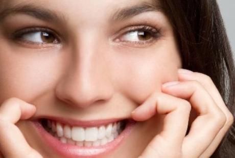 تجميل الأسنان للحصول علي اسنان متناسقة بيضاء وابتسامة هوليود