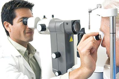 4 شروط يجب أن تعرفها عن دكتور عيون عائلتك