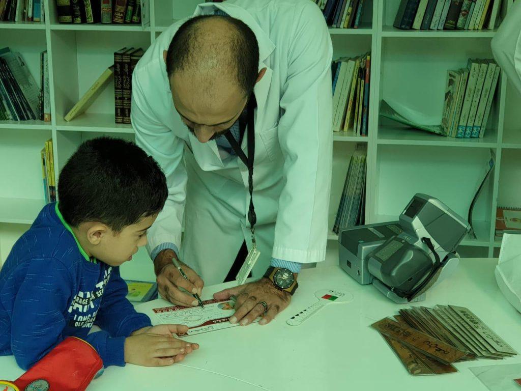 مغربي تفحص نظر طلاب مدارس الأكاديمية الأهلية بجدة